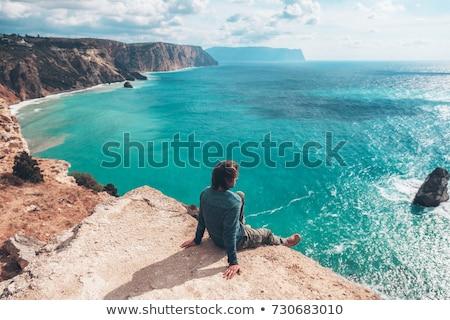 Masculina viajero mar costa mirando cielo Foto stock © chesterf