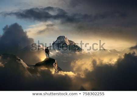 Naplemente sziluett biztosítás felfelé szirt gyönyörű Stock fotó © psychoshadow