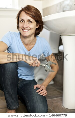 Nő javít mosdókagyló franciakulcs közelkép fiatal nő Stock fotó © AndreyPopov