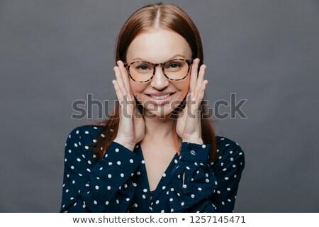 Fotografia atrakcyjna kobieta zadowolony wyraz twarzy zarówno ręce Zdjęcia stock © vkstudio