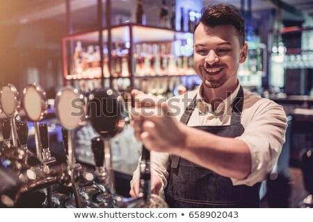 Foto stock: Barman Pouring Pint