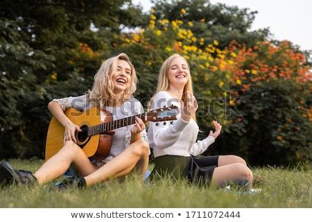 若い女の子 · ギタリスト · 歌 · 演奏 · エレキギター - ストックフォト © photography33