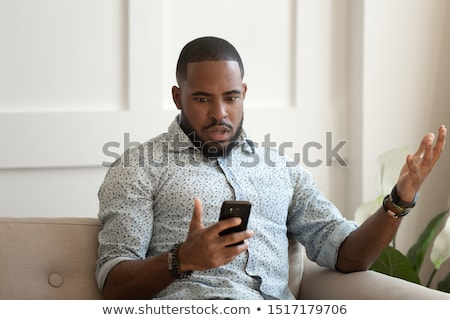 Alterar hombre sesión sofá vista lateral joven Foto stock © AndreyPopov