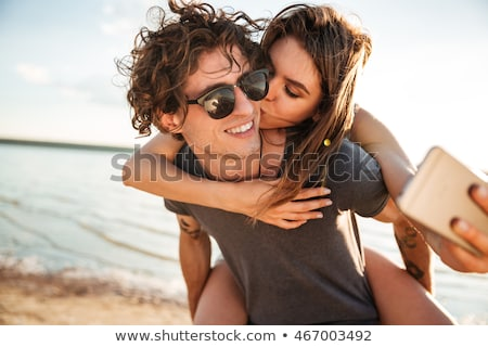 Coppia · cellulare · spiaggia · felice · giovani - foto d'archivio © dolgachov