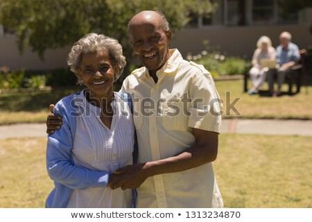 Foto stock: Ver · feliz · casal · de · idosos · de · mãos · dadas · olhando