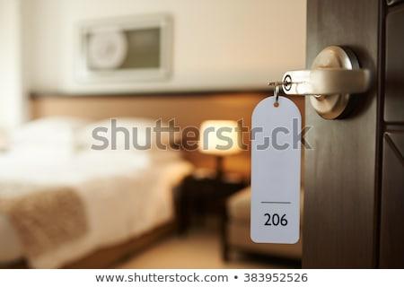 Open motel kamer deur groene grond Stockfoto © iofoto