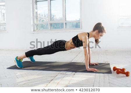 hermosa · delgado · morena · flexiones · gimnasio · jóvenes - foto stock © master1305