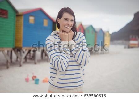 Kadın ayakta plaj kulübe gökyüzü Stok fotoğraf © wavebreak_media