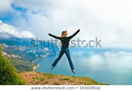 Jovem saltando penhasco menina paisagem viajar Foto stock © IS2