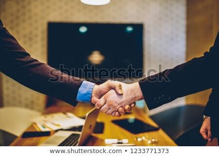 işadamları · el · sıkışmak · diğer · işyeri · iki - stok fotoğraf © freedomz