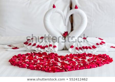 Blanco dos toalla Rose Red cama miel Foto stock © galitskaya