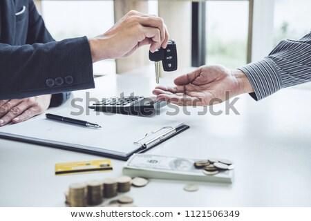 Vendeur envoyer clé client bon face Photo stock © Freedomz