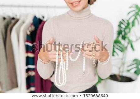 Gelukkig jonge toevallig vrouw tonen parel Stockfoto © pressmaster