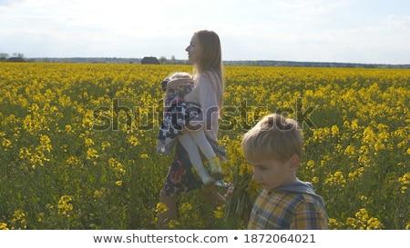 Belle jeunes mère fille marche domaine Photo stock © Geribody