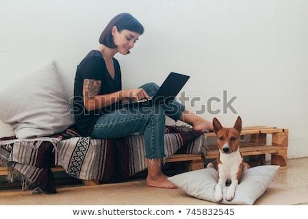Bastante descalzo mujer de trabajo portátil pelo rizado Foto stock © smithore
