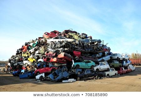 Uszkodzony starych samochody czeka recyklingu samochodu Zdjęcia stock © adamr
