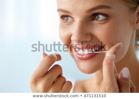 Gelukkig jonge vrouw flosdraad schoonmaken tanden gezondheidszorg Stockfoto © dolgachov