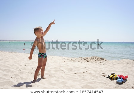 Praia menino indicação dedo jovem curioso Foto stock © lovleah