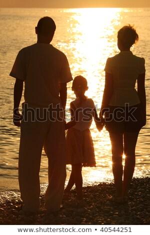 Trzy sylwetki morza rodziców córka plaży Zdjęcia stock © Paha_L