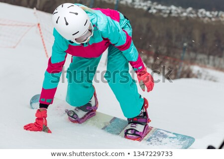 Atraente mulher jovem sessão snowboard fresco branco Foto stock © dash