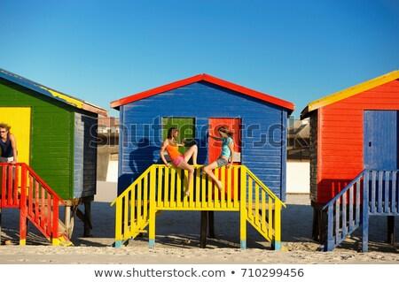 Meisjes opknoping uit leuk architectuur Stockfoto © IS2