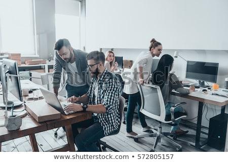 Jóvenes programador mirando de trabajo escritorio Foto stock © pressmaster