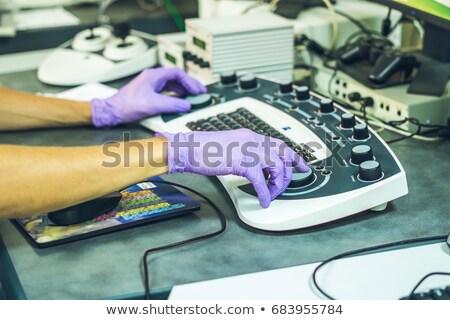 Mãos cientista painel elétron microscópio computador Foto stock © galitskaya