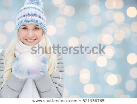 bonitinho · sorridente · menina · cachecol · boné - foto stock © dash