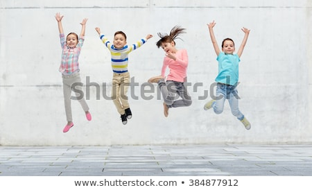 Foto stock: Grupo · feliz · crianças · grama · verde · ao · ar · livre