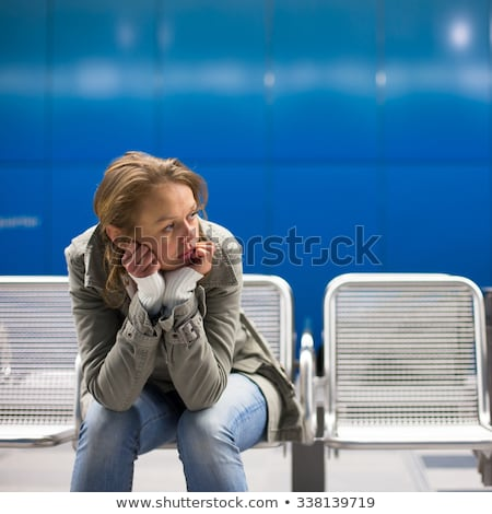 落ち込んで · 若い女性 · 座って · 地下鉄 · 駅 · 悲しい - ストックフォト © lightpoet