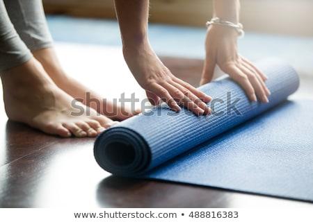 giovani · bella · donna · yoga · posa · isolato · grigio - foto d'archivio © master1305
