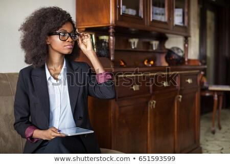 jóvenes · morena · mujer · de · negocios · gafas · bienvenida · ordenador - foto stock © deandrobot