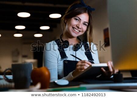 concentrado · jovem · senhora · estilista · leitura · livro - foto stock © deandrobot