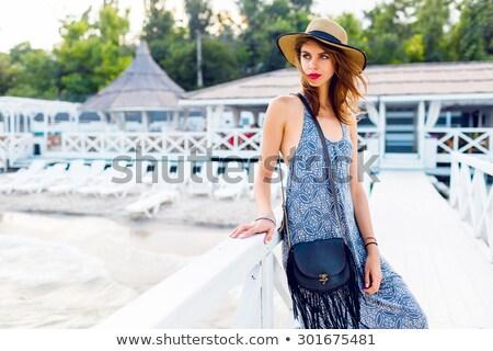 Elegante jonge vrouw poseren tropisch strand vrouw glimlach Stockfoto © majdansky