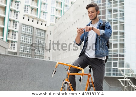 Jonge fietser man smartphone kaukasisch Stockfoto © nito