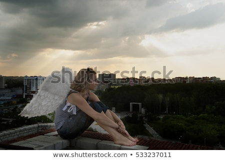 Vonzó nő angyalszárnyak tető fiatal gyönyörű nő épület Stock fotó © Aikon