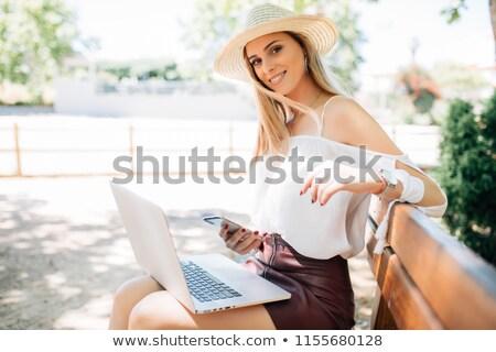 Zakenvrouw alleen laptop bank vergadering zak Stockfoto © dash