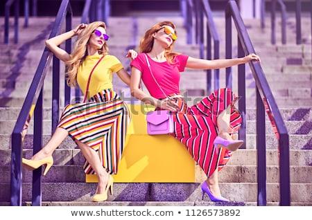 Feminino Modelos Posando Ao Ar Livre Dois Foto Stock