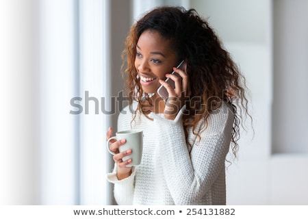 Glimlachend portret jonge vrouw praten cellulaire telefoon Stockfoto © ilolab