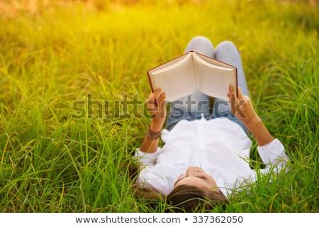 bonitinho · jovem · morena · parque · leitura · retrato - foto stock © lithian