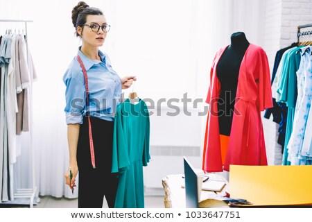 Vrouwelijke kleermaker permanente etalagepop glimlachend Stockfoto © deandrobot