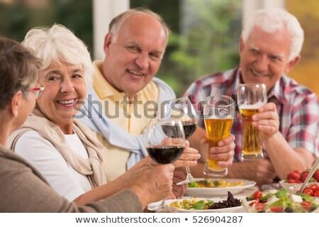 Ouder paar drinken bier samen voedsel Stockfoto © IS2