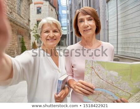 Starszy kobieta turystycznych miasta przewodnik odkryty Zdjęcia stock © dolgachov
