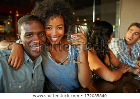 Csoport barátok élvezi italok asztal éjszakai klub Stock fotó © wavebreak_media