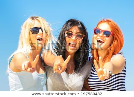 Foto stock: Jovem · sorrindo · diferente · cores · óculos · de · sol