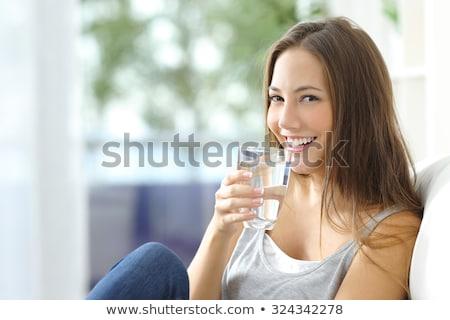 Aantrekkelijk jonge fitness vrouw drinkwater afbeelding permanente Stockfoto © deandrobot