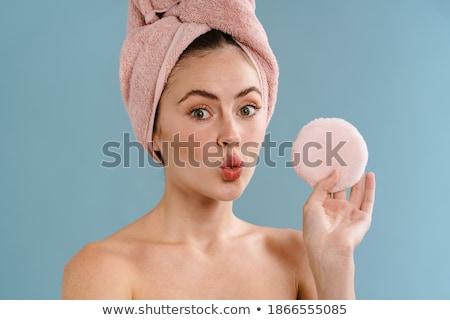Jeune femme posant isolé rose mur Photo stock © deandrobot