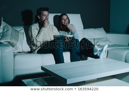 Para popcorn oglądania telewizja noc domu Zdjęcia stock © dolgachov