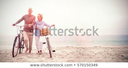 Pareja · caminando · playa · brazo · sonriendo · hombre - foto stock © photography33
