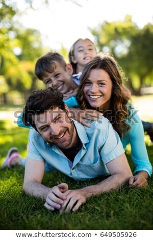 Photo stock: Affectueux · famille · parc · portrait · famille · heureuse · couché